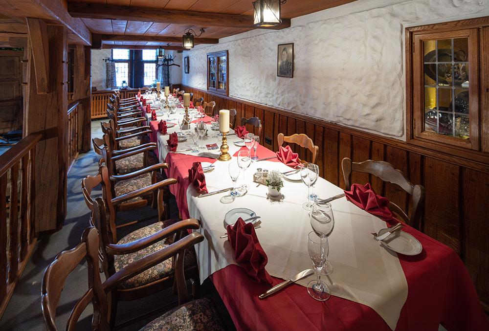 Lange Tafel in der Galerie des Restaurant Baumhove in Werne